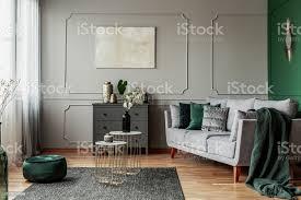 stilvolle smaragdgrüne und graue wohnzimmer innenarchitektur mit abstrakten malerei an der wand stockfoto und mehr bilder abstrakt