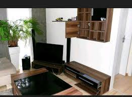 wohnzimmer schrankwand und couchtisch nussbaum schwarz