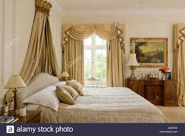 bett mit vergoldeten coronet in schlafzimmer mit voller