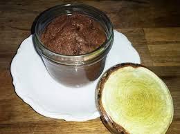 saftiger schokoladenkuchen mit schuss im glas