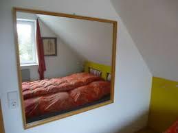 quadratische deko wandspiegel aus holz fürs schlafzimmer