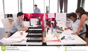 aux bureaux les gens travaillant aux bureaux dans le bureau ouvert moderne de