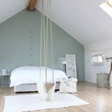 schönes schlafzimmer mit dachschräge und die wandfarbe