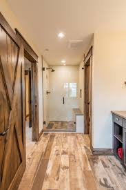 75 badezimmer mit fliesen in holzoptik und keramikboden