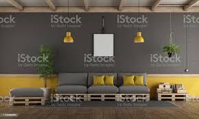 grau und gelb wohnzimmer mit palette sofa stockfoto und mehr bilder architektur