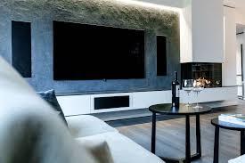 wohnzimmer mit gaskamin und naturstein wand tischlerei