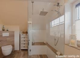 großes dachgeschoßbad mit sitzbank in der dusche bäder seelig