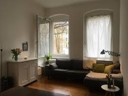 gemütlich eingerichtetes wohnzimmer mit grauem sofa in