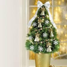 das haus weihnachtlich dekorieren kleinen christbaum auf dem tisch