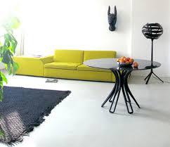 minimalistisches wohnzimmer design mit sofa grün und