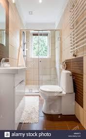 kleines badezimmer einrichtung in braun mit fenster wc
