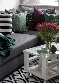 wohnzimmer einrichtung lila gruen deko kissen vasen