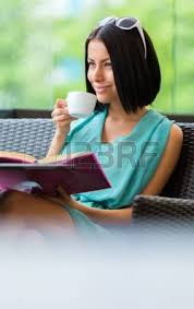 si e de bar ragazza indossa il vestito e occhiali da sole si siede al tavolo