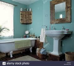 im landhausstil spiegel und eckschrank in hellem türkis