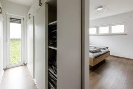 schlafzimmer mit begehbarem kleiderschrank fischerhaus