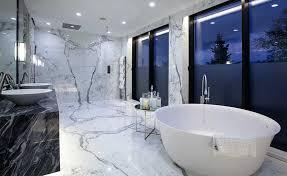 livarea on ein badezimmer ganz aus marmor