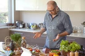 mann in der küche stockfoto und mehr bilder arbeitsplatte