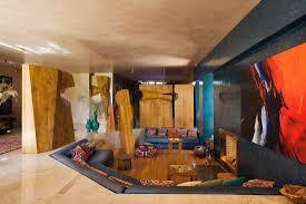 modernes wohnzimmer mit holzskulpturen bild kaufen
