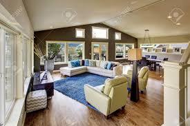 riesige wohnzimmer innenraum mit vielen fenstern und weißen ledersofa