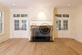 fototapete wohnzimmer mit kunstvoll geschnitzten kamin und viele fenster