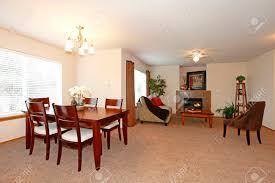lichtwände wohn und esszimmer mit einem braunen teppichboden mit esstisch set stuhl und sofa mit blick auf das wohnzimmer vom essbereich