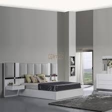 chambre comtemporaine chambre adulte lit tête de lit chevet commode armoire miroir