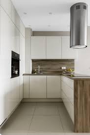 weiße grifflose küchenfronten arbeistplatte und