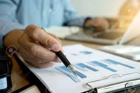 Calculadora Y Tableta Del Uso De Trabajo Del Hombre De Negocios Con