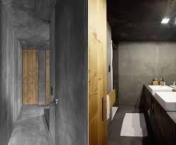 modernes haus als betonbau mit kleinem badezimmer in