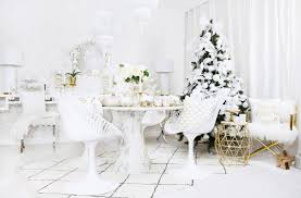 white weihnachtsdeko in purem weiß looks