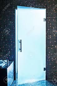 moderne glastür im badezimmer
