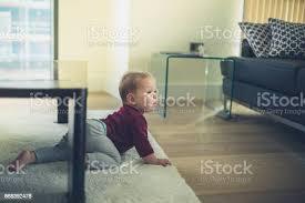 baby im wohnzimmer krabbeln stockfoto und mehr bilder baby
