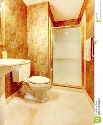 goldenes antikes badezimmer mit weiß stockbild bild