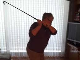 irene und dieter eberhardt spielen golf im wohnzimmer