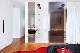 schlafzimmer mit bad ensuite dunkel bild kaufen