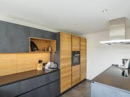grifflose leicht küche in dunkler beton optik mit eiche