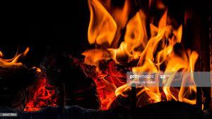 heimische wohnzimmer kamin mit feuer brennen stock foto
