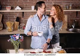 die frau die den mann in der küche umarmt schönen tag noch