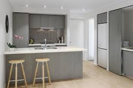 et cuisine cuisine grise plan de travail blanc décoràlamaison cuisine gris et
