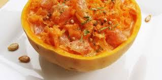 cuisiner une courge salade crue de courge doubeurre et pomelos à l huile de basilic et