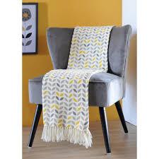 plaid sur canapé plaid jeté de canapé gris à motifs jaunes et gris avec franges