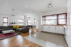 wohnzimmer mit hochglanz weiß moderne küchenzeile