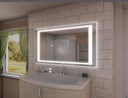 weiß jmd ob es einen spiegel mit beleuchtung und anschluss