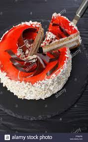köstliche torte mit frischkäse mousse dekoriert mit weißer