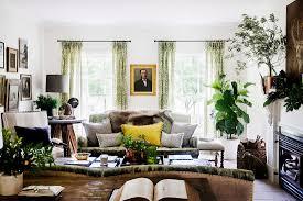 gemütliches wohnzimmer in braun und grün bild kaufen