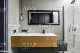 graue badezimmer mit arbeitsplatte waschbecken stockfoto und mehr bilder architektur