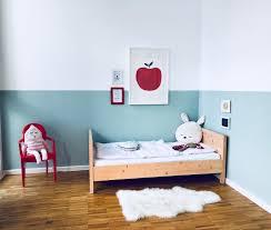 kleines schlafzimmer mit babybett caseconrad