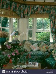 gemusterten sofa im erker mit floral gardinen im wohnzimmer