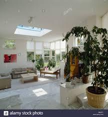 beige sofas und marmor bodenfliesen im modernen weißen