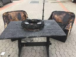 brennendes adventsgesteck in wohnzimmer landeshauptstadt